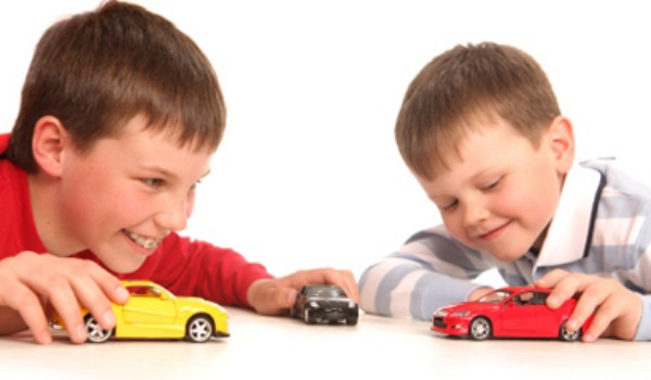 boys-playing-with-cars-600x350